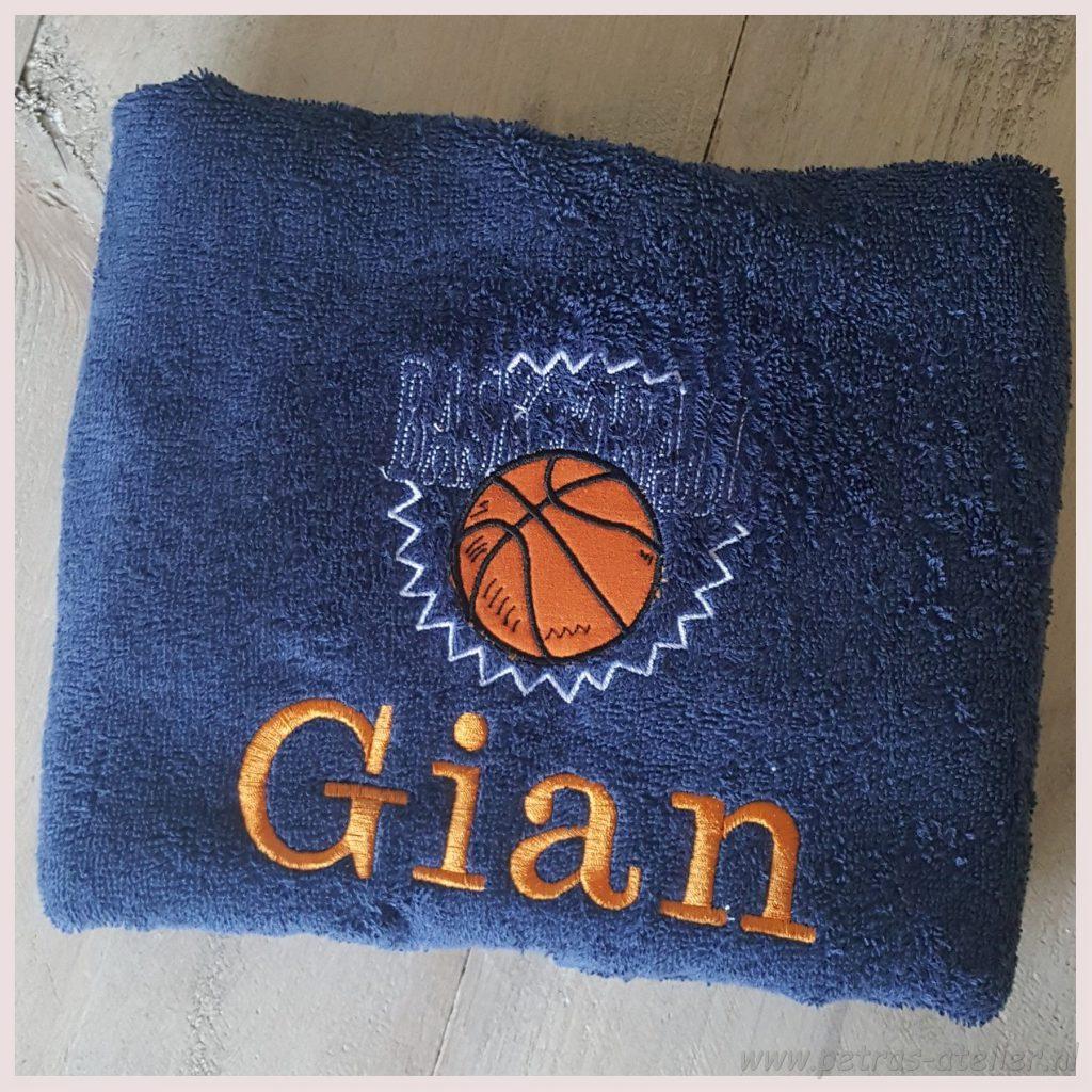 Badhanddoek basketbal geborduurd